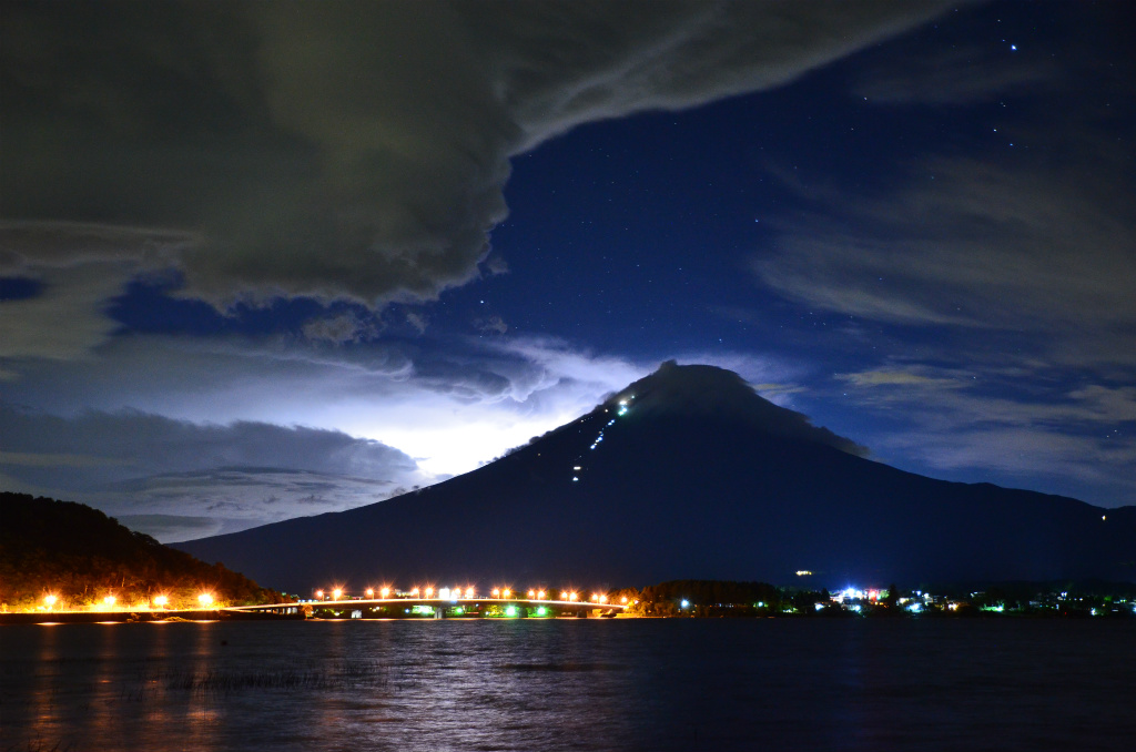 340774e031403b6a54220b205aa4bc23 - 【河口湖の絶景富士山撮影】夜の河口湖にて一瞬の落雷に浮かび上がった富士山を激写した