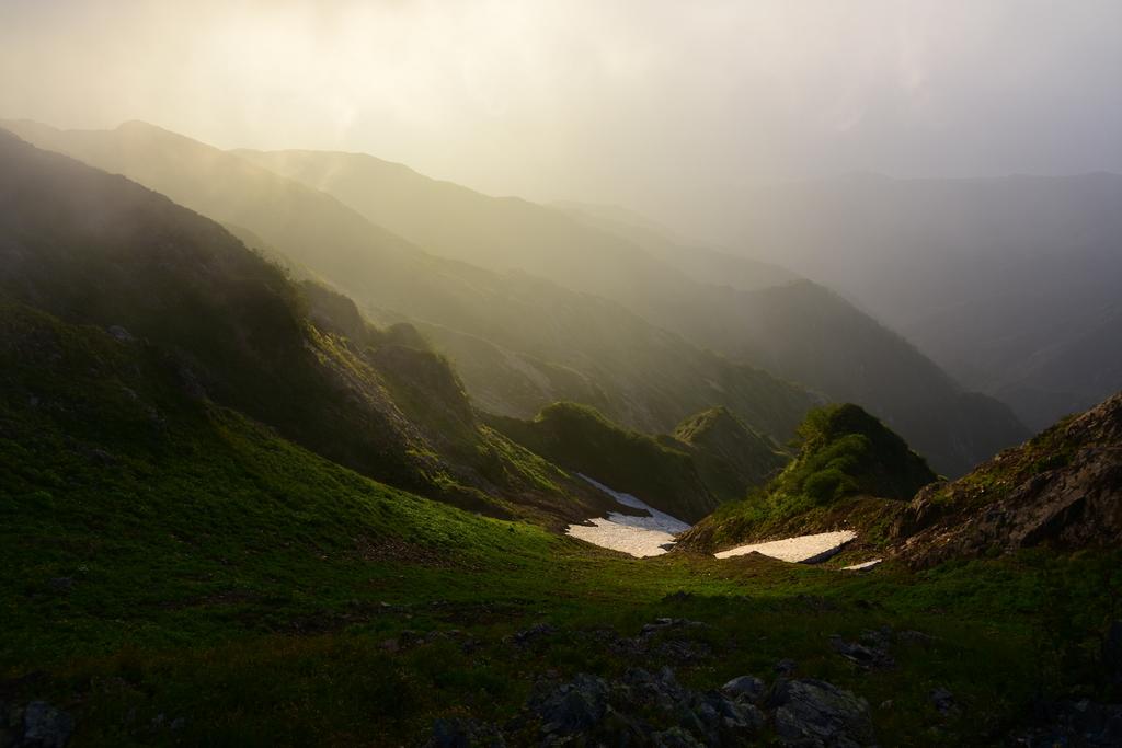 747d5cba88741f0a3dec0cf73a19de6c - 【唐松岳の絶景撮影登山】唐松岳頂上山荘にてガスの中から現れた朝陽差す幻想的な朝の風景