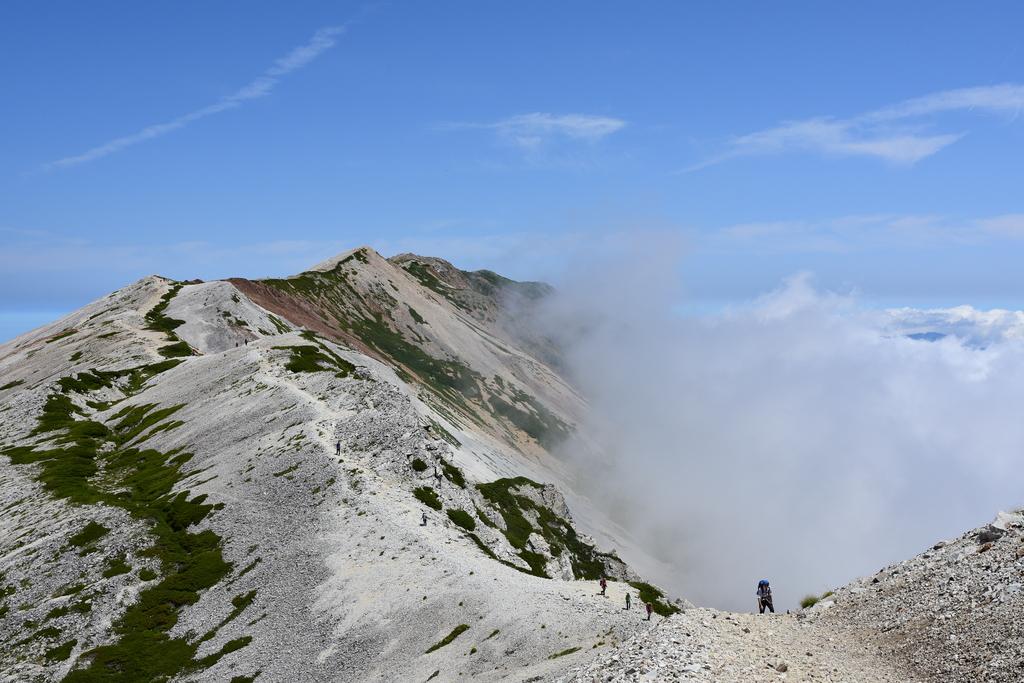 0d3d2a592a85005e4f29b92470739680 - 【白馬岳の絶景撮影登山】爽やかな青空の下で雲海に浮かぶ白馬三山の稜線散歩を満喫