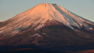 44d451fe8ee801b70969151f38b24f03 320x180 - 【山梨県の絶景富士山写真】白鳥と雪化粧した逆さ富士の撮影スポットなら山中湖がおすすめ